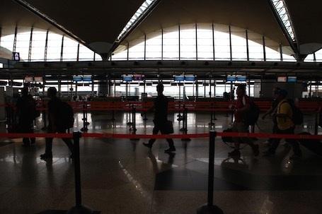 Sân bay KLIA vẫn tấp nập khách