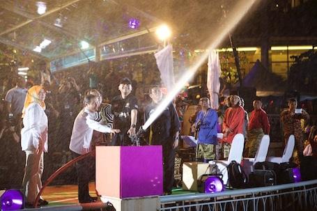 Sự xuất hiện thân thiện của thành viên hoàng gia và lãnh đạo chính phủ liên bang trong các sự kiện.