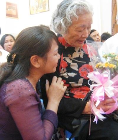 Bà giáo 83 tuổi Đàm Lê Đức hạnh phúc đón tấm lòng tri ân của học trò cũ