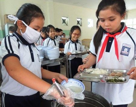 Học trò tại một trường tiểu học ở TPHCM học cách tự phục vụ trong giờ ăn trưa