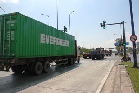Phương tiện ở cả các làn xe từ xa lộ Hà Nội vào cảng Cát Lái đã được lưu thông bình thường.