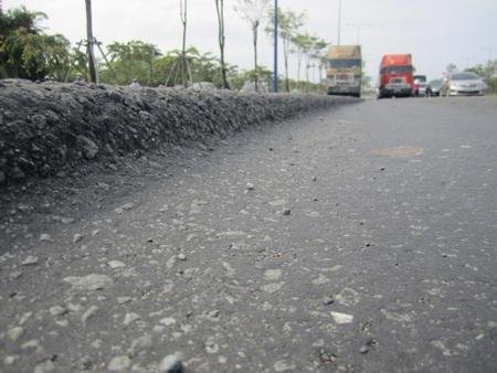 Đại lộ Đông Tây liên tục lún, trồi nhựa (ảnh chụp trước thời điểm sửa chữa tháng 7/2014).