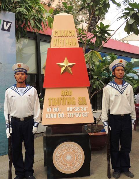Mô hình cột mốc chủ quyền biển đảo Việt Nam