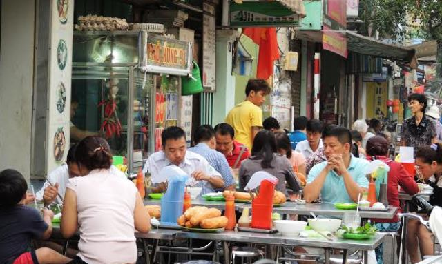 Nhiều quán ăn đã tận dụng cả vỉa hè để xếp bàn ăn cho khách