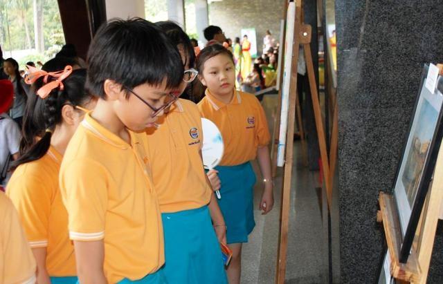 Học sinh tìm hiểu tranh ảnh về thành tựu của giáo dục TPHCM trong chặng đường 40 năm phát triển