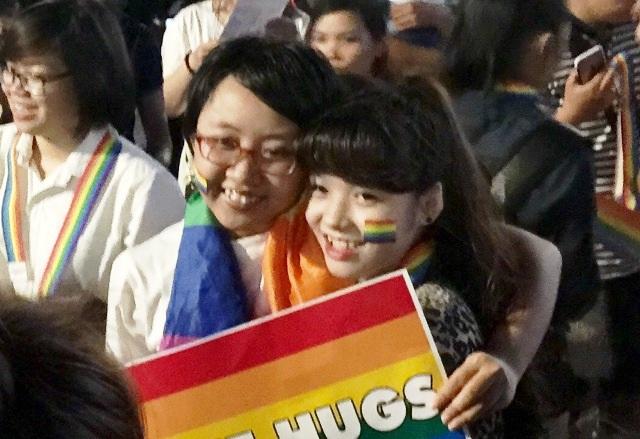 Những vòng tay của cộng đồng LGBT trở dường như trở nên chặt và ấm áp hơn