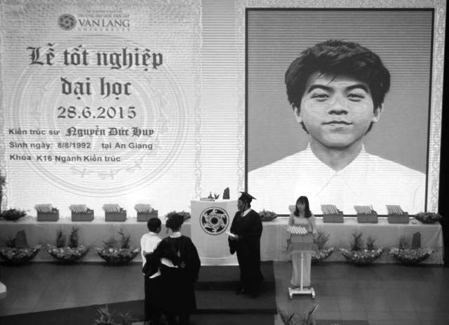 Di ảnh tân kiến trúc sư Nguyễn Đức Huy hiện lên trên màn hình trong lễ trao bằng tốt nghiệp