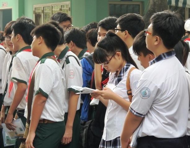 Học sinh thi vào lớp 10 tận dụng từng giây phút để ôn luyện.