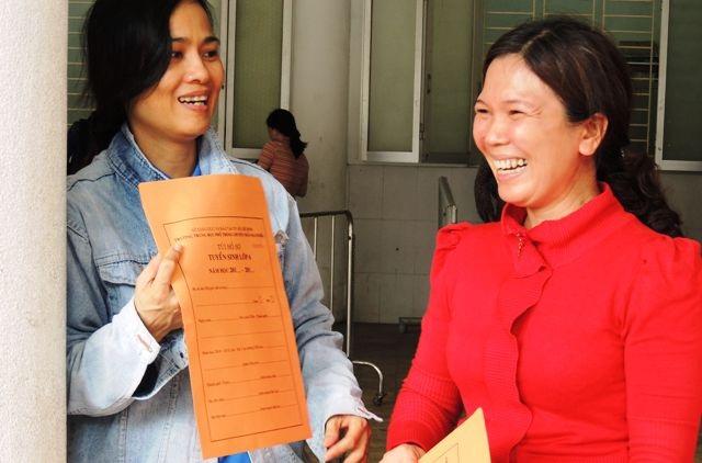 Phụ huynh mua hồ sơ dự tuyển cho con vào lớp 6 Chuyên THPT Trần Đại Nghĩa