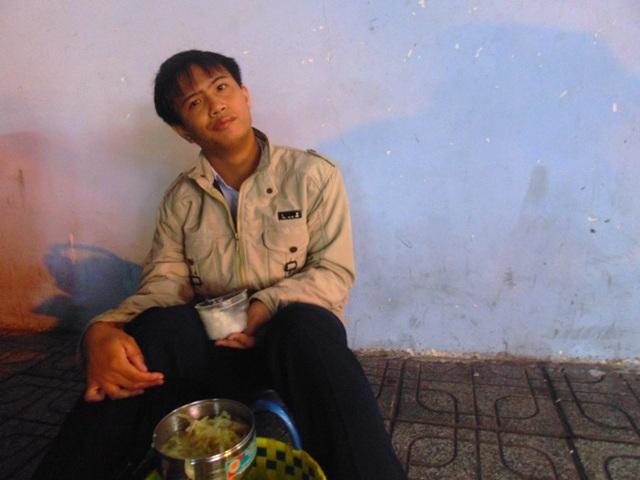 Ăn chậm, thí sinh Lê Nhơn Hồng tranh thủ ăn sáng từ rất sớm trước khi vào phòng thi. (Ảnh