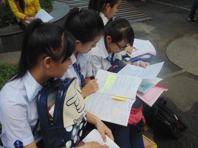 Nhiều bạn tranh thủ ôn lại bài trước khi vào phòng thi (