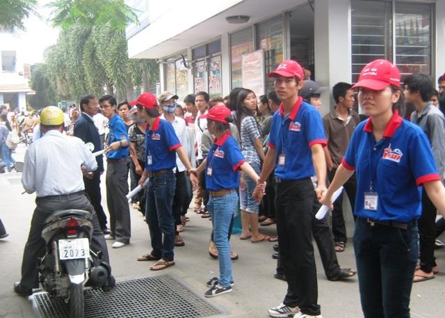 Sinh viên tình nguyện giải toả giao thông trước cổng trường thi