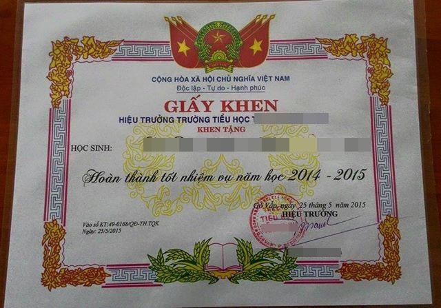 Học sinh lớp 1 được phát giấy khen Hoàn thành nhiệm vụ năm học