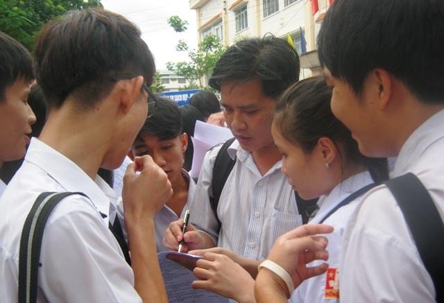 Thầy trò ở TPHCM cùng trao đổi về một đề thi