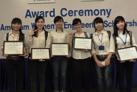 Các nữ sinh viên ngành Kỹ thuật nhận học bổng
