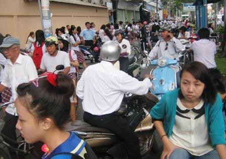 Phụ huynh tại TPHCM đón con trước một trung tâm bồi dưỡng văn hoá ngoài giờ