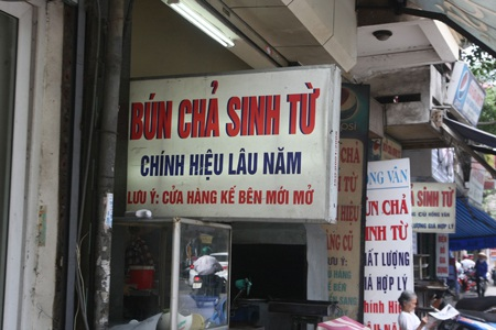Theo như lời chú thích lưu ý cửa hiệu này thì cửa hiệu bên cạnh không phải là chính hiệu..