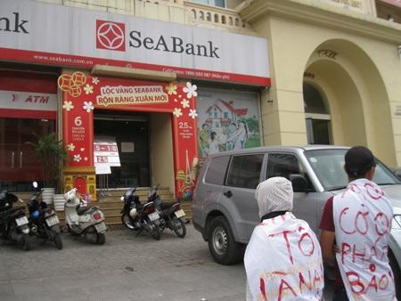 Người dân từ các tỉnh tụ tập trước trụ sở chi nhánh ngân hàng SeAbank sáng ngày 23/4