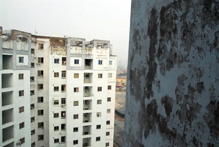 Một chung cư đã xuống cấp tại Hà Nội. Ảnh: T.Chí