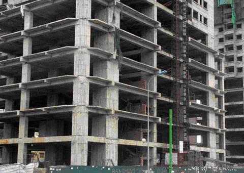 Nhiều tòa nhà văn phòng không thể hoàn thành, trở thành những cao ốc bỏ hoang.