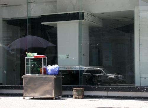 Mặt tiền tầng 1 của một tòa nhà trống đang được hàng phở tận dụng.