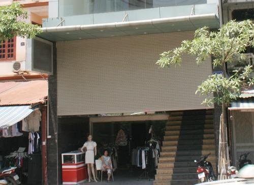 Văn phòng chuyển sang bán quần áo đại hạ giá.