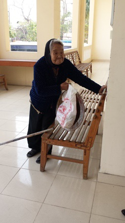 Cụ Nhạn lên gõ cửa phường Cát Bi xin làm chế độ người già neo đơn