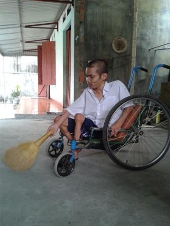 Hàng ngay ông Đàm ngồi xe lăn làm việc nhà đỡ đần mẹ