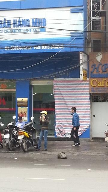 Cây ATM của Ngân hàng AMB tại 286 Lạch Tray bị phá hỏng, phải phủ bạt, ngưng hoạt động