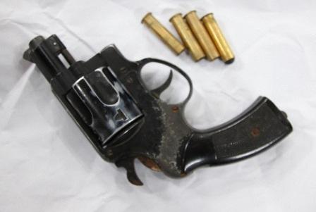 Khẩu súng của trung úy Thắng đã được thu giữ