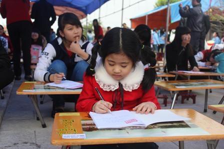 Nhiều cháu học sinh mẫu giáo cũng được bố mẹ đưa về tham dự hội khai bút