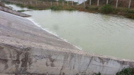 Nước tràn qua đường hòa vào kênh nước sản xuất và sinh hoạt của người dân
