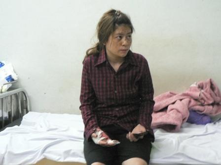 Kế toán Hồng với nhiều vết thương do bị đạn găm trên mặt.