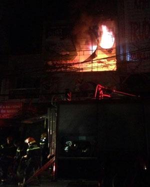 Ngọn lửa bùng phát dữ dội khiến lực lượng PCCC phải dập lửa suốt 4giờ liền