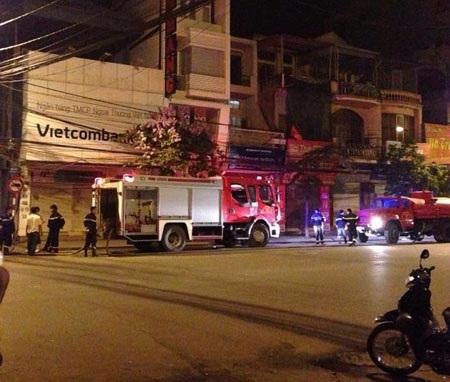 Ngọn lửa làm ngôi nhà hư hỏng nặng và thiêu rụi 2 chiếc xe máy đắt tiền
