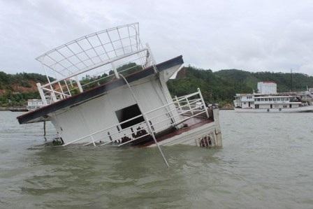 Chiếc tàu bị chìm ngay trong khu vực neo đậu do gió lớn