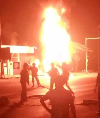 Ngọn lửa bốc cao hàng chục mét (ảnh người dân cung cấp)
