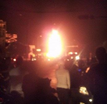 Hiện trường bị phong tỏa để cơ quan chức năng dập lửa (ảnh do người dân cung cấp)