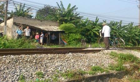 Những đoạn đường dân sinh cắt ngang đường sắt vô cùng nguy hiểm