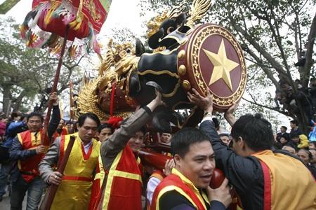 Sau khoảng 1 tiếng, 2 quả pháo được rước từ nhà truyền thống đã về đến đình làng Đồng Kỵ.
