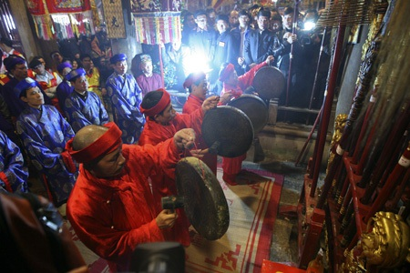 4 ông quan đám và các chức sắc bắt đầu tế lễ trong đình làng.