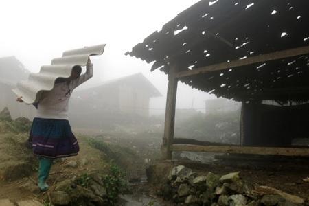 Nhiều gia đình cũng chỉ mang về cất trong nhà chưa dám lợp ngay vì sợ còn tiếp tục xảy ra mưa đá.