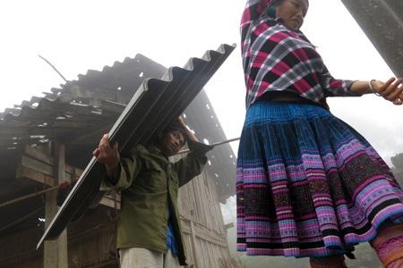 Người dân đang theo dõi chặt thời tiết, khi hoàn toàn hết mưa họ có thể tiến hành lợp mái ngay.