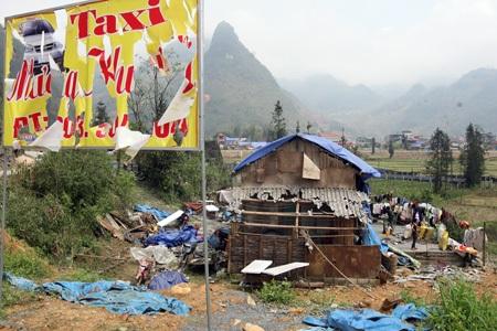 Mái nhà của gia đình ông Phền Sỉ Hùng bị mưa đá làm thủng lỗ chỗ như sao sa dưới ánh nắng.