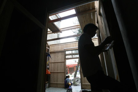Nhiều căn nhà không mái tại thị trấn Mương Khương chưa biết lúc nào được sửa chữa.