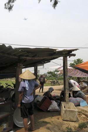 Chợ nằm trên nền một trại chăn nuôi cũ, dãy nhà này xưa là chuồng lợn.
