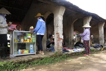 Ngoài thực phẩm, chợ bán đủ loại mặt hàng khác, kể cả thuốc chữa bệnh.