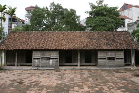 Nhà năm gian của người Việt có chiều cao thấp. Theo tục xưa, nhà không được cao hơn đình.