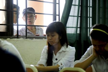 Những gương mặt lo lắng của phụ huynh thấp thoáng sau cửa sổ.