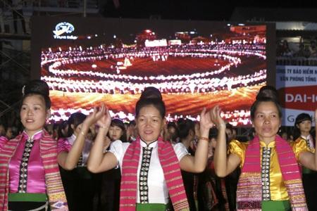 Màn đại xòe đã thu hút một lượng lớn khách du lịch đổ về thị xã Nghĩa Lộ.